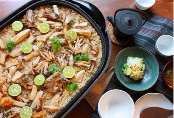 ホットプレートで炊く「鶏ときのこの炊き込みごはん」(レシピ・調理・撮影 かめ代。)