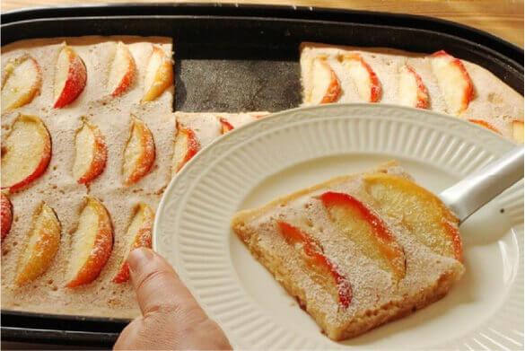 子どもと楽しむおやつ「焼きリンゴとはちみつの蒸しケーキ」 (レシピ・調理・撮影 かめ代。)